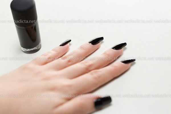 MAC-Cosmetics-Nocturnelle-Esmalte-Negro-Swatches