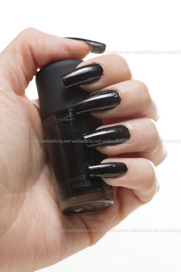 MAC-Cosmetics-Nocturnelle-Nail-Lacquer-Swatches-esmalte-negro