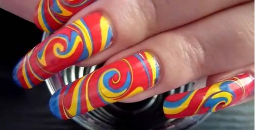 diseno-de-unas-water-marble-nail-art-multicolor